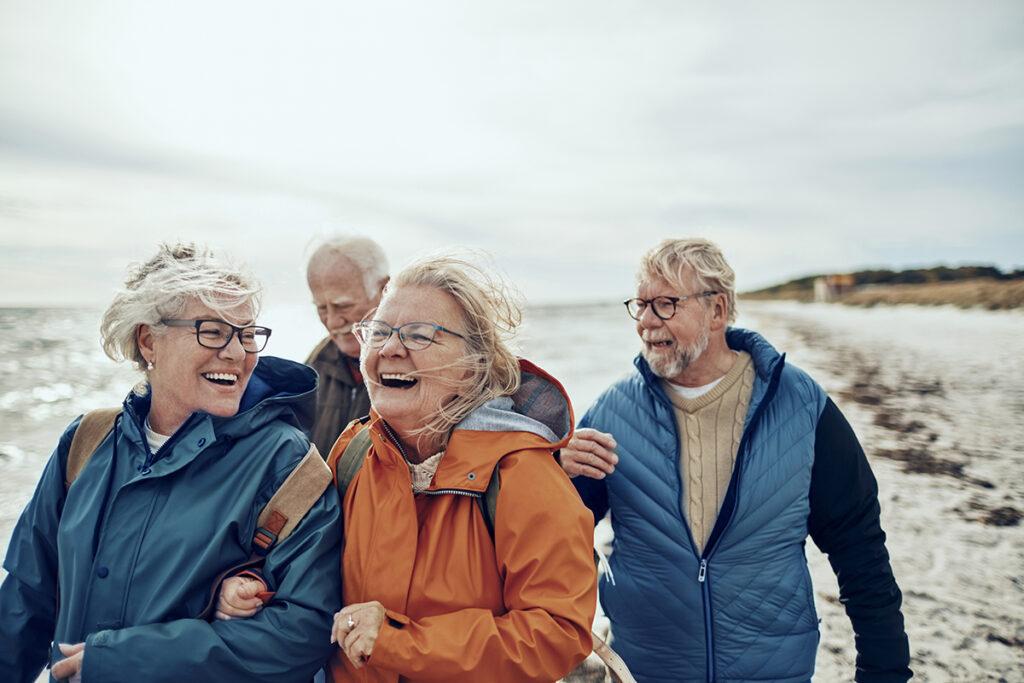 eldre mennesker på stranda